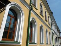 Edificio amarillo viejo con el tubo verde de la tormenta-abajo Imagenes de archivo
