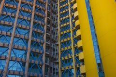 Edificio amarillo y azul foto de archivo libre de regalías