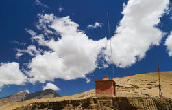 Edificio anaranjado en el top de Fatula en Ladakh, la India Foto de archivo libre de regalías