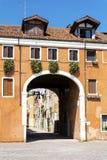 Edificio anaranjado típico con las ventanas antiguas en Venecia Imagen de archivo