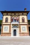 Edificio anaranjado típico con las ventanas antiguas en Venecia Imagenes de archivo