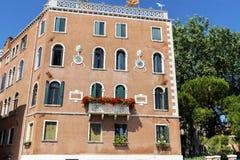 Edificio anaranjado típico con las ventanas antiguas en Venezia Fotografía de archivo libre de regalías