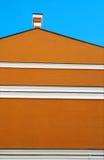 Edificio anaranjado y cielo azul Foto de archivo libre de regalías