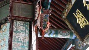 Edificio antiguo chino, linternas antiguas, tallar-haces y pintura-casas