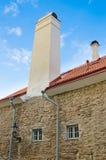 Edificio antiguo con la chimenea grande en Tallinn Foto de archivo libre de regalías
