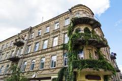 Edificio antiguo con los balcones elegantes Fotos de archivo