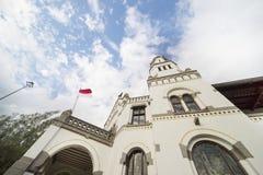 Edificio antiguo de Lawang Sewu debajo del cielo azul Foto de archivo libre de regalías