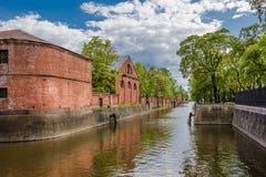 Edificio antiguo en Kronstadt en los bancos del canal de puente, Rusia Imagen de archivo libre de regalías
