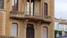 Edificio arquitectónico de la fachada de piedra con las altos ventanas y balcones almacen de metraje de vídeo