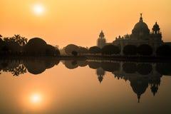 Edificio arquitectónico de Victoria Memorial en silueta en la salida del sol Foto de archivo libre de regalías