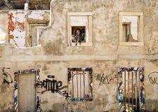 Edificio arruinado con la madre migratoria Foto de archivo libre de regalías