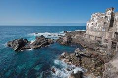 Edificio arruinado en la costa costa de Puerto de la Cruz, Tenerife, Canarias, España Fotos de archivo libres de regalías