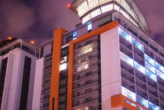 Edificio asombroso del rascacielos de la ciudad en la noche Imágenes de archivo libres de regalías
