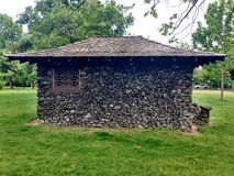Edificio attiguo di pietra d'annata nel parco fotografie stock libere da diritti