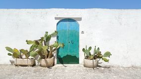 Edificio azul antiguo del whote de la puerta Foto de archivo libre de regalías
