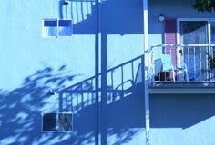Edificio azul con el balcón Foto de archivo