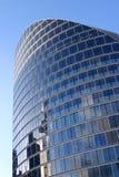 Edificio azul en un cielo azul imágenes de archivo libres de regalías