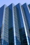 Edificio azul en un cielo azul foto de archivo libre de regalías