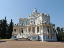 Edificio azul y blanco del vintage hermoso con las columnas y la escalera Imágenes de archivo libres de regalías