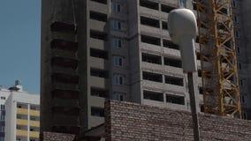 Edificio bajo construcción Crane Working Process almacen de metraje de vídeo