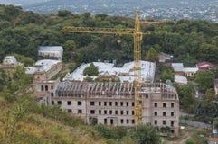 Edificio bajo construcción en las montañas Foto de archivo libre de regalías