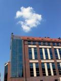 Edificio bajo el cielo azul Imagen de archivo libre de regalías