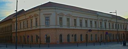 Edificio barroco en un viejo estilo húngaro en la plaza principal fotos de archivo