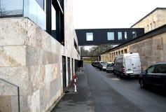 Edificio beige con una oscuridad dominante imagenes de archivo