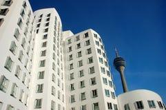 Edificio blanco con una torre de la difusión Imagen de archivo libre de regalías