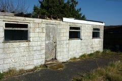 Edificio blanco de la sola historia abandonada imágenes de archivo libres de regalías