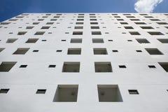edificio blanco en el cielo azul Foto de archivo libre de regalías