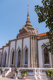 Edificio blanco grande con el tejado rojo contra un cielo azul en el palacio magnífico, Tailandia Foto de archivo libre de regalías
