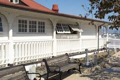 Edificio blanco superior rojo Fotos de archivo libres de regalías