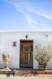 Edificio blanco viejo del adobe Fotografía de archivo