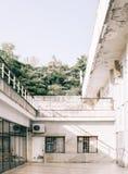 Edificio blanco viejo oxidado imagen de archivo