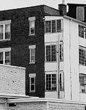 Edificio blanco y negro Fotos de archivo libres de regalías