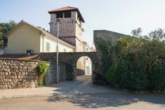 Edificio blanco y negro viejo en Chester Casa de verano de la familia noble Buca Ciudad de Tivat, Montenegro foto de archivo libre de regalías