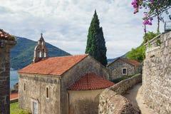 Edificio blanco y negro viejo en Chester montenegro Vista de la ciudad antigua de Perast foto de archivo libre de regalías