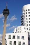 Edificio blanco y torre de la TV en Düsseldorf Fotos de archivo libres de regalías