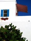 Edificio blanqueado de la playa foto de archivo