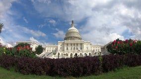 Edificio capital de los E.E.U.U., congreso debajo de un tiro ancho azul del cielo 4k - Washington DC metrajes