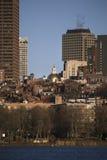 Edificio, casa del estado y horizonte prudenciales de Boston en invierno en Charles River a medias congelado, Massachusetts, los  imagen de archivo
