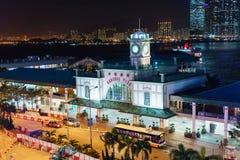 Edificio central del embarcadero del transbordador en Hong Kong Island en Hong Kong Paisaje urbano de la noche, Pasillo Fotografía de archivo