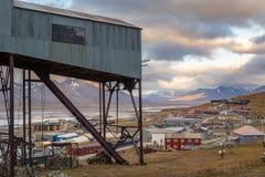 Edificio central viejo del cablecarril y vista de Longyearbyen, Svalbard Foto de archivo