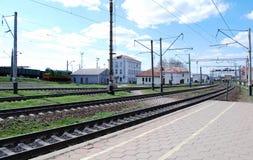 Edificio cerca del ferrocarril Imágenes de archivo libres de regalías