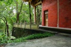 Edificio chino antiguo de la ladera con la barandilla en bosque Imagen de archivo libre de regalías