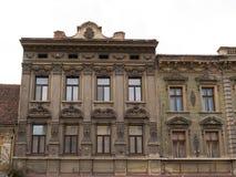 Edificio clásico del estilo arquitectónico en Brasov, Rumania, Transilvania, Europa Imágenes de archivo libres de regalías