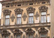 Edificio clásico del estilo arquitectónico en Brasov, Rumania, Transilvania, Europa Imagenes de archivo