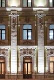 Edificio clásico del estilo Iluminación de la tarde Foto de archivo libre de regalías