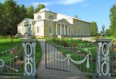 Edificio clásico en rosaleda Imagen de archivo libre de regalías